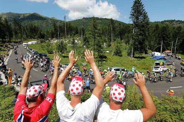 Болельщики приветствуют пелотон на участке семнадцатого этапа Тур де Франс между городами Сен-Годан и Сен-Лари