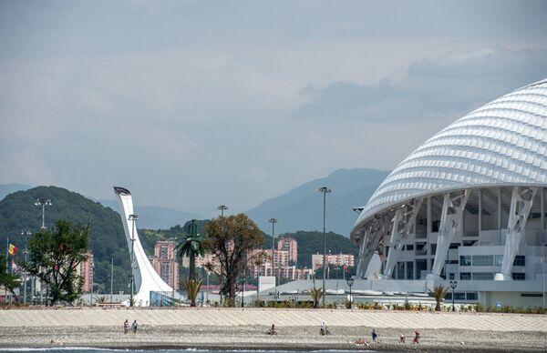 Вид на чашу Олимпийского огня и стадион Фишт в Олимпийском парке в Сочи