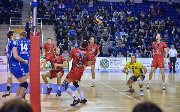 Волейболисты оренбургского Нефтяника (справа)