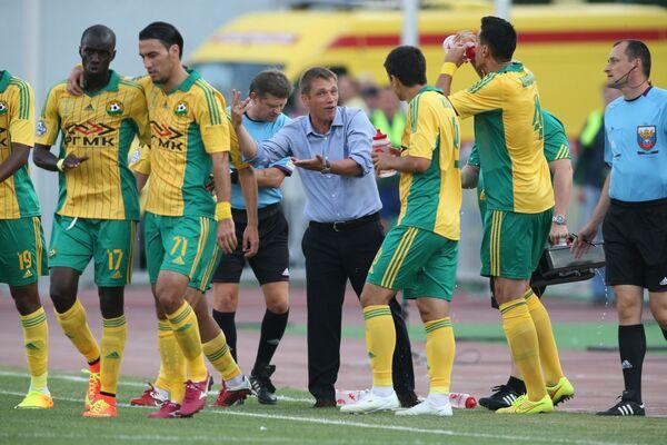 Главный тренер футбольного клуба Кубань Виктор Ганчаренко (в центре) с игроками команды