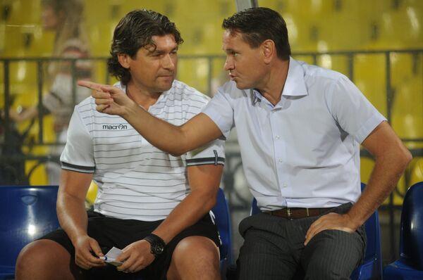 Главный тренер Арсенала Дмитрий Аленичев (справа) и его помощник Дмитрий Ананко