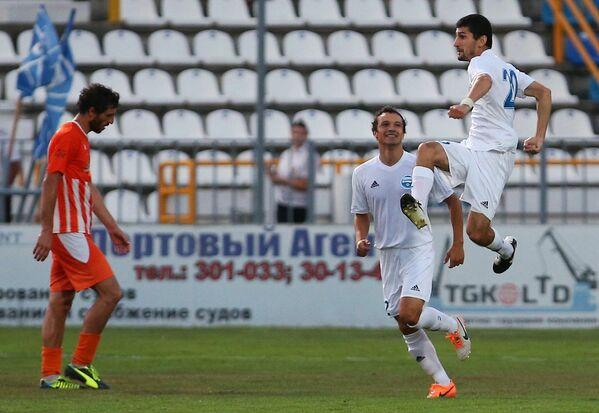 Игрок ФК Черноморец Эдуард Лусикян (справа) радуется забитому голу