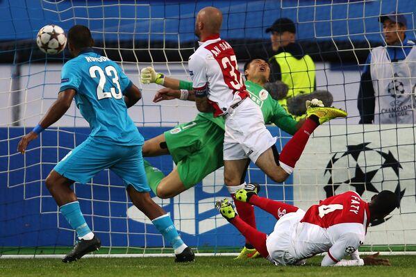 Форвард ФК Зенит (слева) Саломон Рондон отправляет мяч в ворота Стандарда.