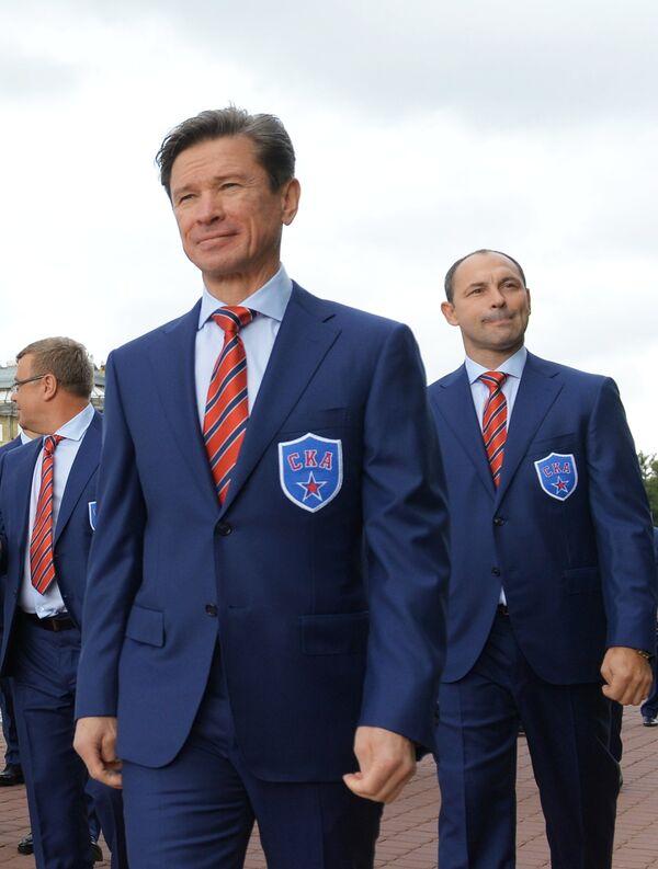 Вячеслав Быков (в центре)