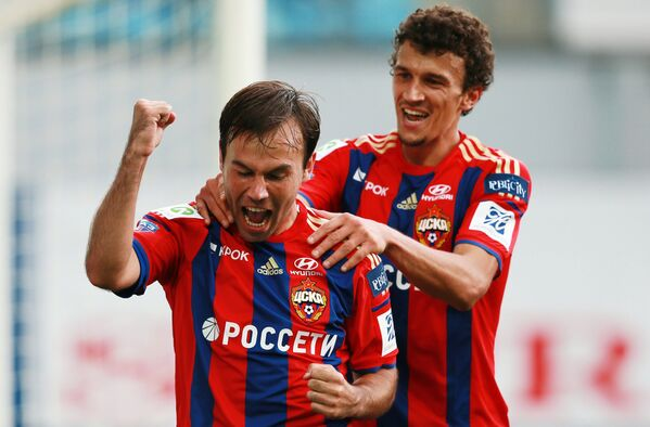 Полузащитник ПФК ЦСКА Бибрас Натхо (слева) и Роман Ерёменко радуются забитому голу в матче 6-го тура чемпионата России по футболу
