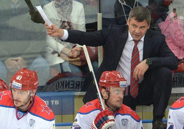 Главный тренер ПХК ЦСКА Дмитрий Квартальнов (справа)