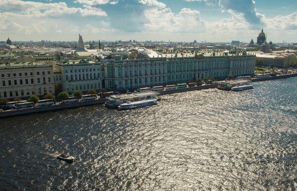 Вид на Неву, Дворцовую набережную и Государственный Эрмитаж в Санкт-Петербурге