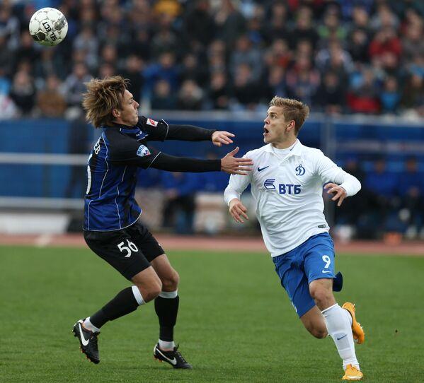 Полузащитник Шинника Даниил Гриднев (слева) и нападающий Динамо Александр Кокорин