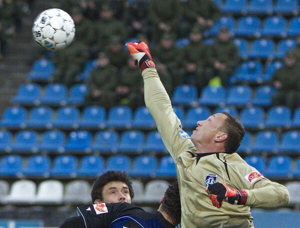 Игрок Динамо Юрий Жирков (слева) и вратарь Шинника Александр Малышев