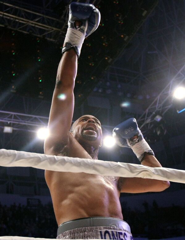 Американский боксер Рой Джонс после окончания поединка против египетского боксера Хани Атийо