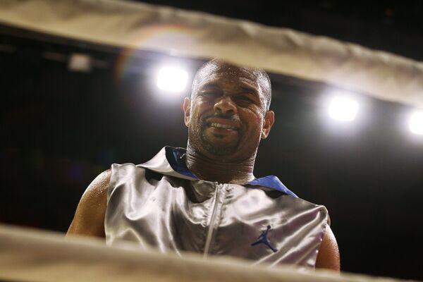 Американский боксер Рой Джонс перед началом поединка против египетского боксера Хани Атийо