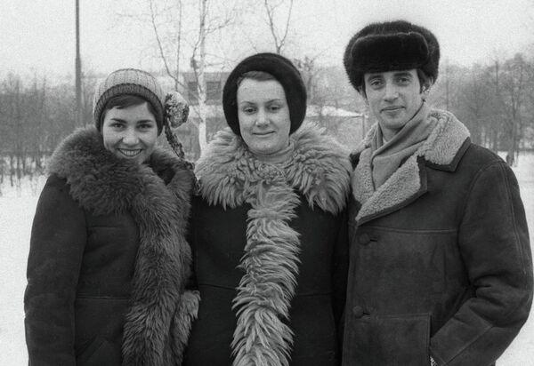 Людмила Пахомова (слева) и Александр Горшков (справа) со своим тренером Еленой Чайковской (в центре)