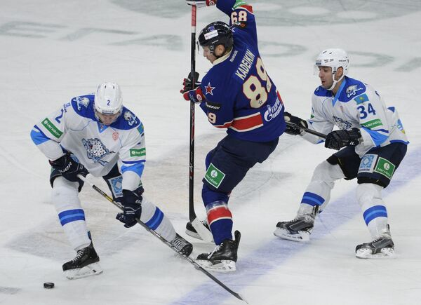 Защитник Барыса Роман Савченко, нападающий СКА Александр Кадейкин и нападающий Барыса Константин Руденко (слева направо)