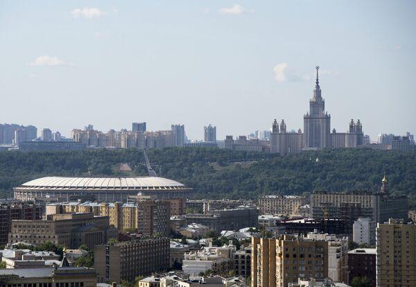 Вид на стадион Лужники, Воробьевы горы и Московский государственный университет им. М.В. Ломоносова в Москве