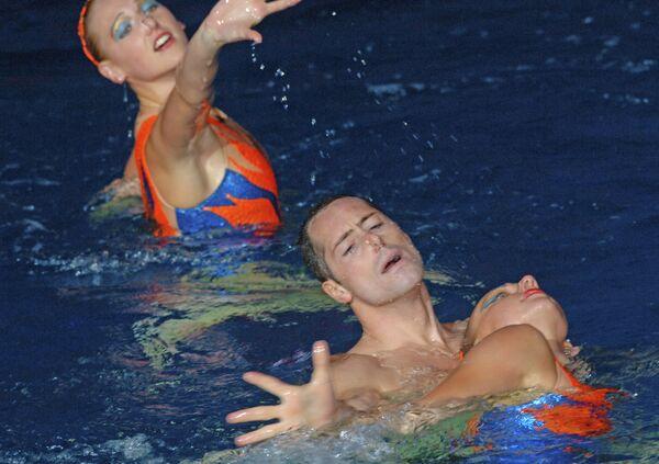 Билл Мэй - звезда синхронного плавания США, единственный мужчина в мире, профессионально занимающийся этим видом спорта, с Ольгой Кужелла и Натальей Ищенко