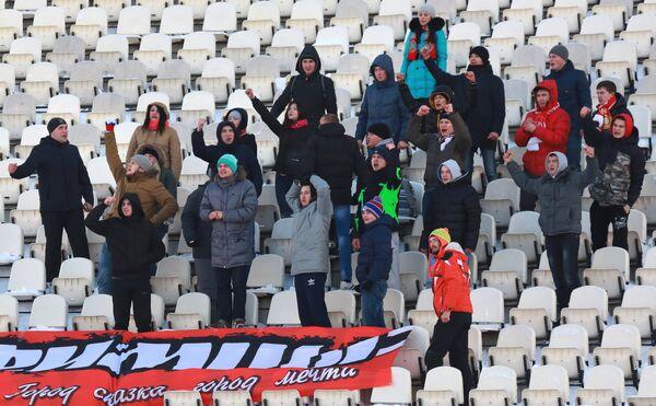 Болельщики ФК Уфа поддерживают свою команду.