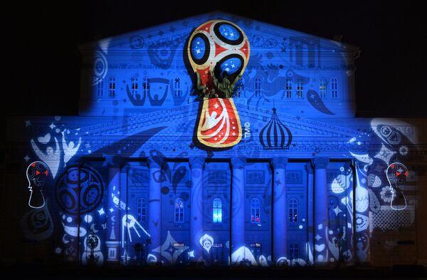 Проекция официального логотипа чемпионата мира 2018 по футболу на фасаде Государственного академического Большого театра в Москве