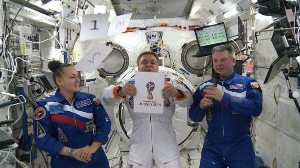 Космонавты на МКС представили официальную эмблему чемпионата мира по футболу 2018 года
