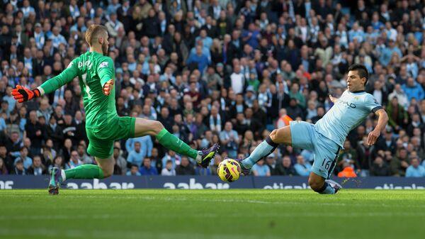 Вратарь Манчестер Юнайтед Давид Де Хеа и нападающий Манчестер Сити Серхио Агуэро (справа)