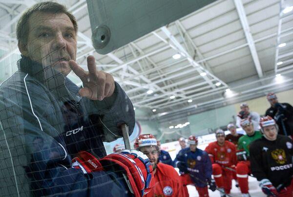 Главный тренер сборной России по хоккею Олег Знарок (слева)