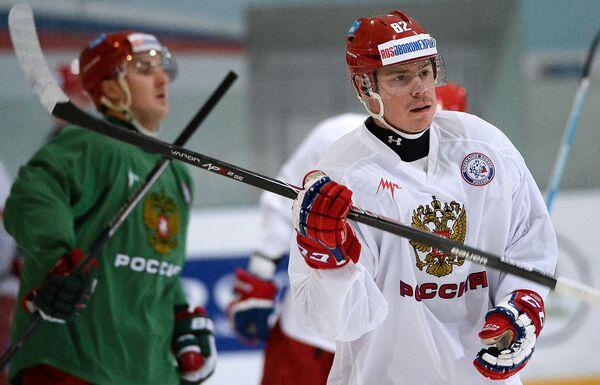 Игрок сборной России по хоккею Евгений Медведев (справа)