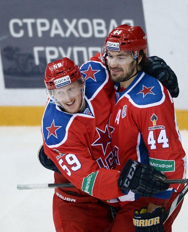 Хоккеисты ЦСКА Симон Яльмарссон (слева) и Евгений Артюхин