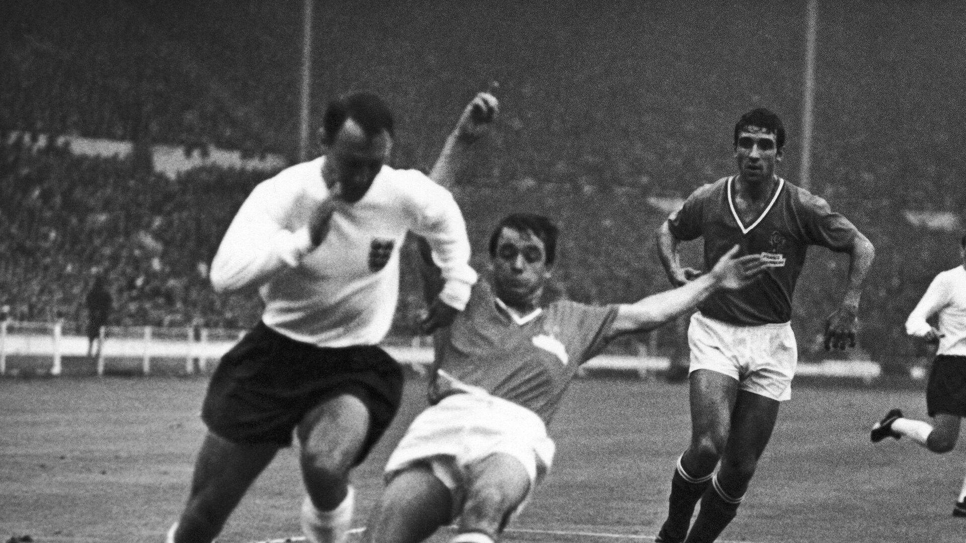 Нападающий сборной Англии по футболу Джимми Гривз (слева) в матче чемпионата мира-1966 с командой Франции - РИА Новости, 1920, 19.09.2021