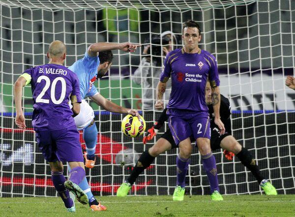 Нападающий Наполи Гонсало Игуаин забивает мяч в ворота Фиорентины