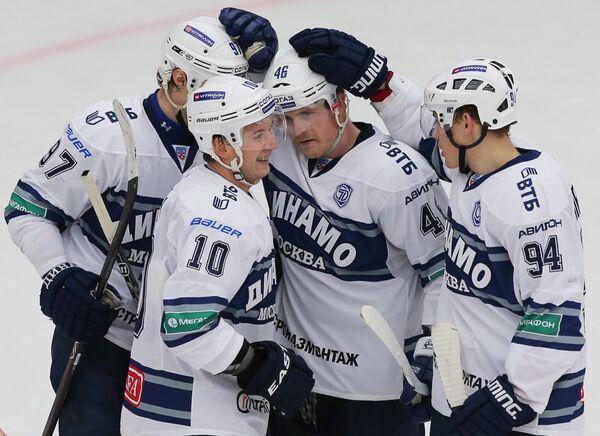 На фото: хоккеисты Динамо радуются забитой шайбе.