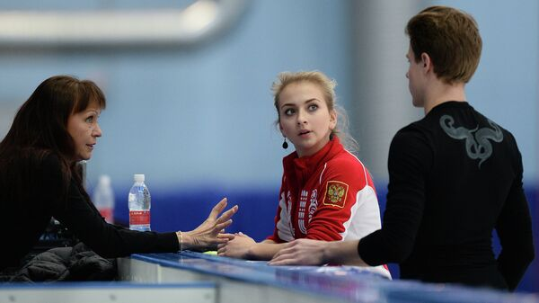 Тренер Марина Зуева (слева) и российские фигуристы Виктория Синицина и Никита Кацалапов на тренировке на базе Новогорск