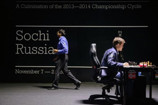 Справа налево: шахматисты Магнус Карлсен (Норвегия) и Вишванатан Ананд (Индия)