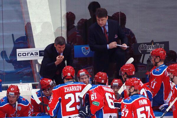Главный тренер ЦСКА Дмитрий Квартальнов (слева) и хоккеисты клуба