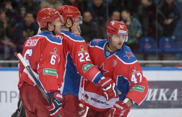 Хоккеисты ЦСКА Денис Денисов, Никита Зайцев и Александр Радулов (слева направо)