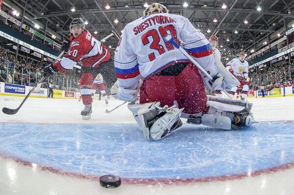 Игровой момент матча суперсерии молодежной сборной России по хоккею против сборной Главной юниорской лиги провинции Квебека (QMJHL)