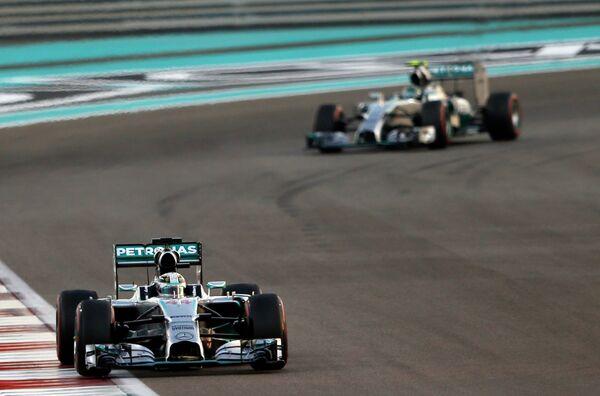 Пилоты Мерседеса Льюис Хэмилтон (слева) и Нико Росберг на дистанции Гран-при Абу-Даби