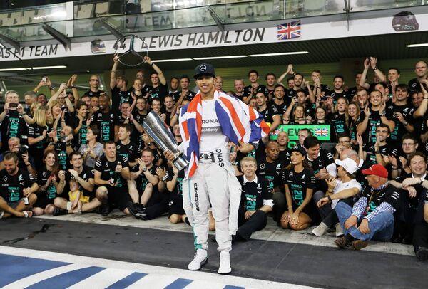 Пилот Мерседеса Льюис Хэмилтон после победы на дистанции Гран-при Абу-Даби