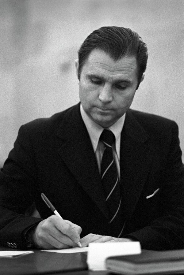Старший тренер сборной СССР по хоккею Виктор Тихонов