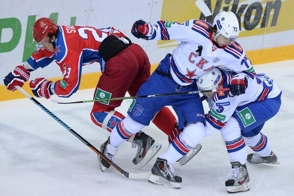 Нападающий ПХК ЦСКА Андрей Стась, нападающий СКА Артемий Панарин и защитник СКА Динар Хафизуллин (слева направо).