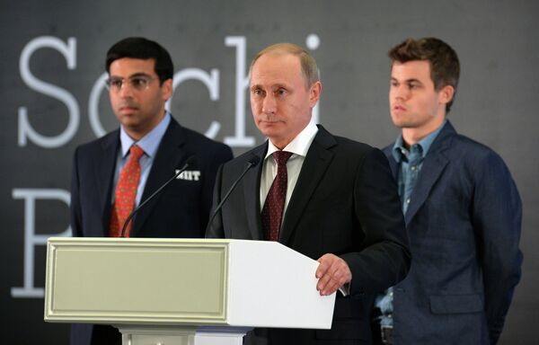 Президент России Владимир Путин (в центре) выступает на церемонии награждения чемпиона мира по шахматам в Сочи. Слева - шахматист Вишванатан Ананд (Индия), справа - шахматист Магнус Карлсен (Норвегия).