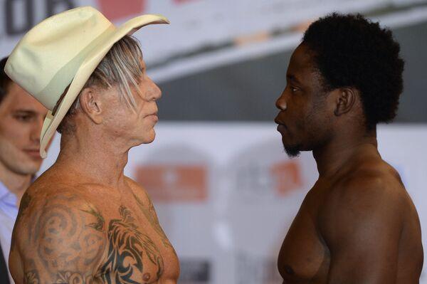 Американский актер и боксер Микки Рурк (слева) и американский боксер Эллиот Сеймур