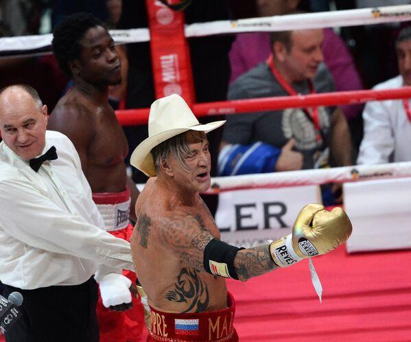 Американский актер и боксер Микки Рурк (справа)