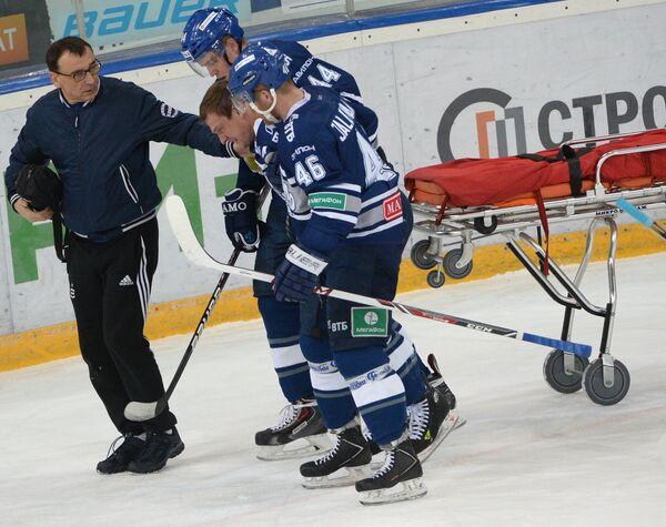 Медики помогают игроку Динамо Алексею Терещенко (второй справа)
