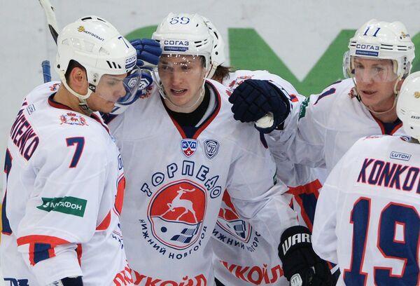 Хоккеисты Торпедо Павел Валентенко, Алексей Потапов и Юусо Хиетанен (слева направо)