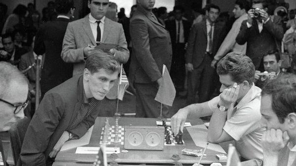 Шахматный матч между Борисом Спасским (справа) и Робертом Фишером (слева). Архивное фото