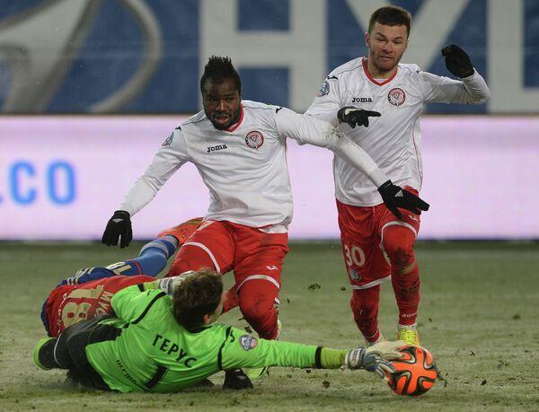 Вратарь Амкара Роман Герус (слева), футболисты Амкара Фегор Огуде и Сослан Таказов (слева направо)