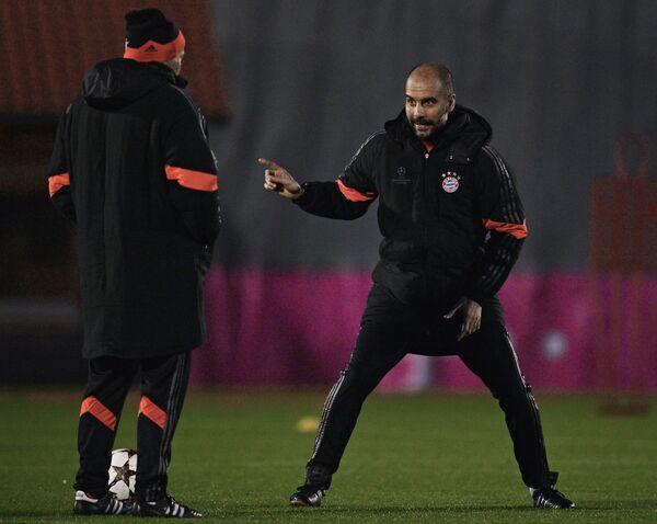 Главный тренер Баварии Хосеп Гвардиола (слева) на тренировке.