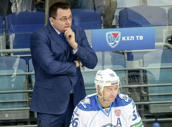 Игрок Барыса Дмитрий Уппер и главный тренер Барыса Андрей Назаров