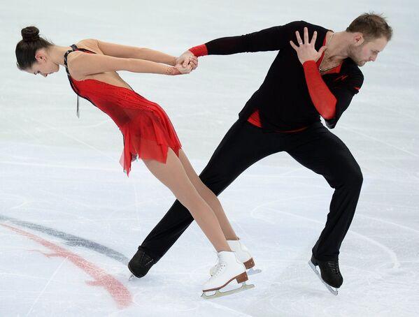 Наталья Забияко и Юрий Ларионов выступают в произвольной программе парного катания
