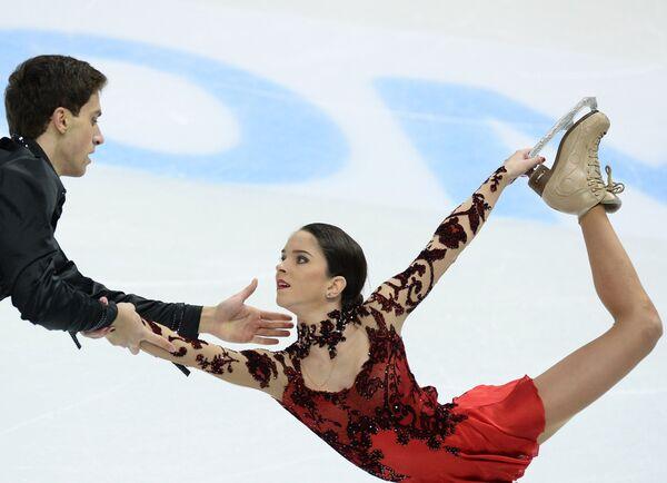 Вера Базарова и Андрей Депутат выступают в произвольной программе парного катания