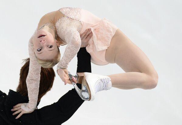 Евгения Тарасова и Владимир Морозов выступают в произвольной программе парного катания